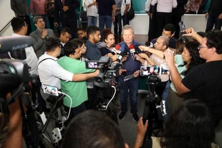 Prefeito Arthur anuncia antecipação da primeira parcela do 13º salário e divulga 11 novas leis municipais