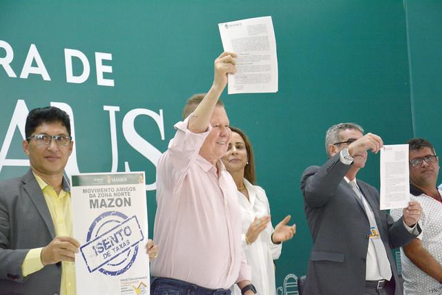 Prefeito Arthur assina novos contratos para construção de moradias populares na capital