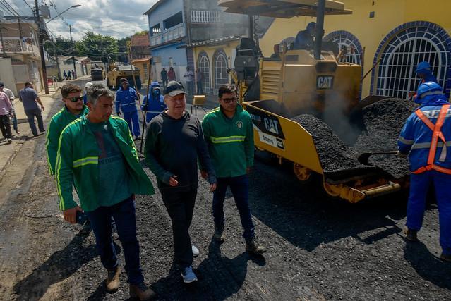 Bairro Vila da Prata: prefeito Arthur vistoria recuperação das ruas e conversa com moradores