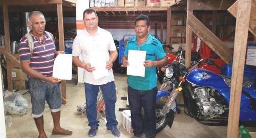 Luis Picanço assume prefeitura e entrega implementos agrícolas estocados há seis meses em galpão de Barreirinha