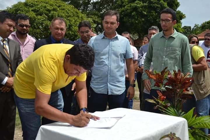 Prefeito Bi assina ordem de serviço para construção de ginásio no Palmares