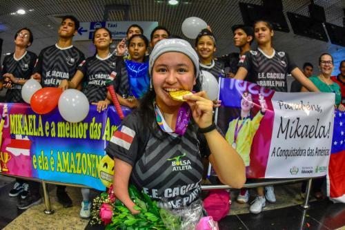 Após ouro no Parapan, atleta do AM é recebida no aeroporto de Manaus
