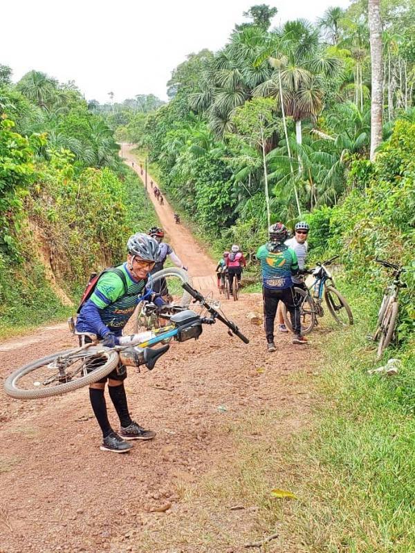 Aventureiros realizam trilha rural de bike da Vila Amazônia ao Santo Antônio do Tracajá, interior de Parintins