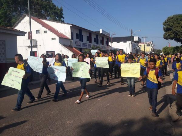 Alunos da Escola Padre Seixas de Barreirinha fazem manifestação cobrando instalação de ar condicionados