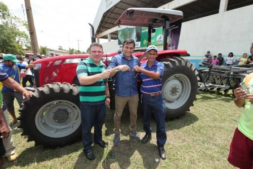 Governador Wilson Lima entrega implementos agrícolas para associações de Autazes, com investimento em mais de R$ 350 mil para impulsionar produção rural