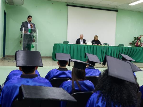 Na UEA, prefeito anuncia instalação da Bemol, Santander e Sapatinho de Luxo