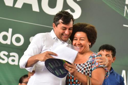 Wilson Lima entrega crédito a microempreendedores e títulos de terra a moradores do Mutirão