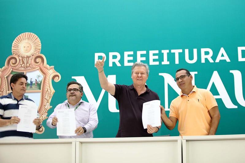 Arthur Neto sanciona leis que beneficiam contribuintes de IPTU com baixa renda