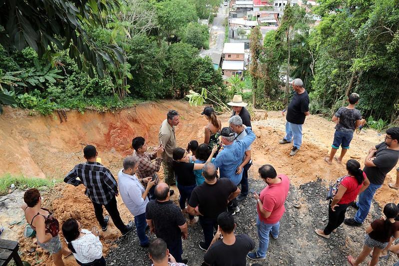 'Perigo não existe mais', diz prefeito ao vistoriar obra de contenção de erosão no bairro Santa Etelvina