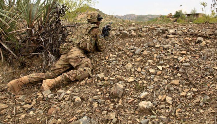 Base militar com soldados dos Estados Unidos é atacada no Iraque
