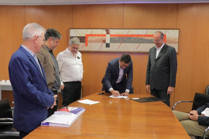 Wilson Lima assina protocolo de intenções para parceria com o Incor de São Paulo