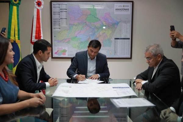 Wilson Lima assina contratos para recuperar sistemas viários dos municípios de Maués e Tefé