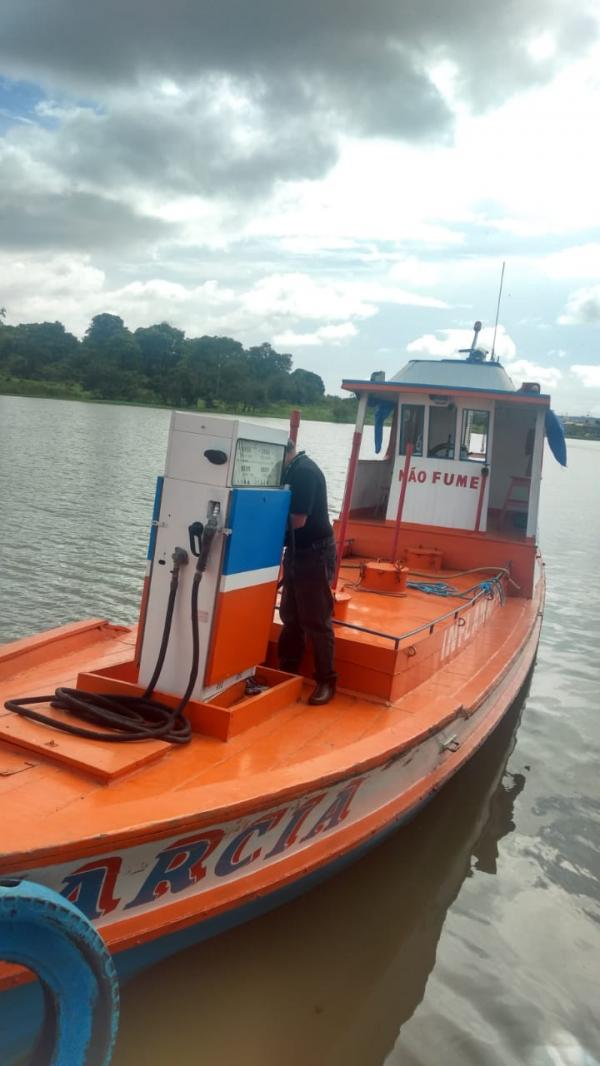 Polícia Militar e IPAAM fiscalizam Flutuantes que comercializam combustível em Parintins