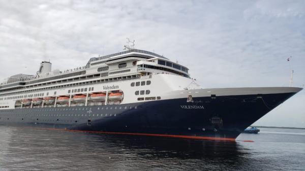 M/S Volendam atraca no porto de Manaus com mais de 2 mil turistas