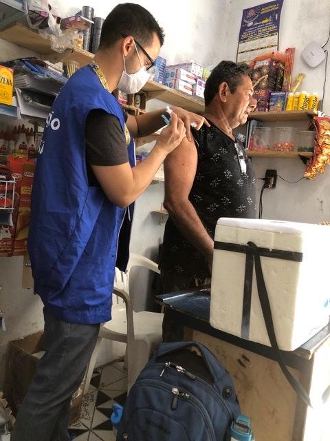 Em um dia e meio, prefeitura de Manaus imuniza mais de 14 mil idosos contra a gripe em suas casas