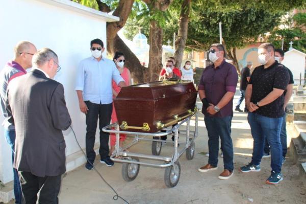 Bi Garcia se despede do pai em cerimônia simples