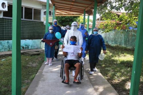 Seu Eufran vence o Coronavírus e sai do hospital de Barreirinha comemorando com equipe clínica