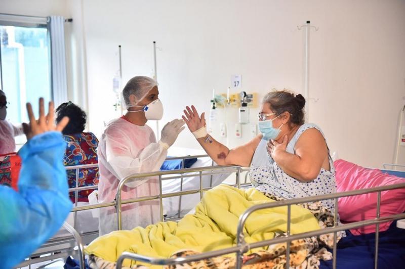 Hospital de Combate à Covid-19 amplia serviço psicossocial e faz atendimento 'beira leito' para pacientes