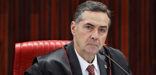 Ao tomar posse no TSE, Barroso critica 'milícias digitais' que disseminam fake news