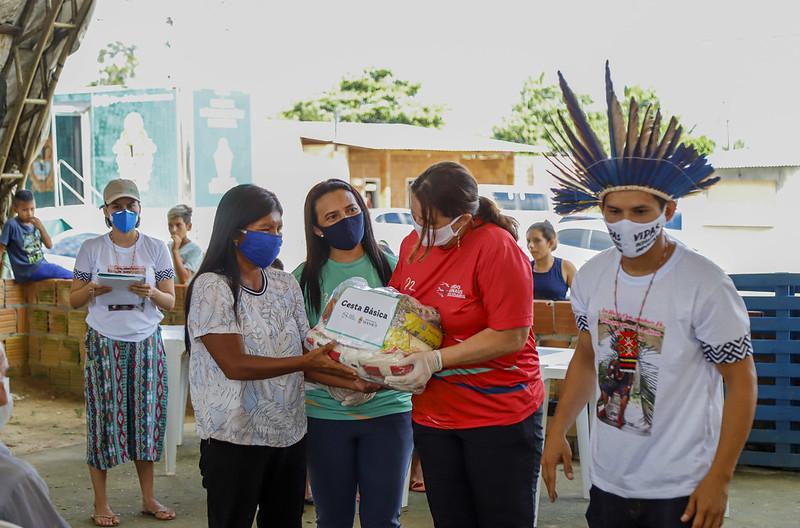 Prefeitura de Manaus doa 700 cestas básicas a indígenas do Parque das Tribos