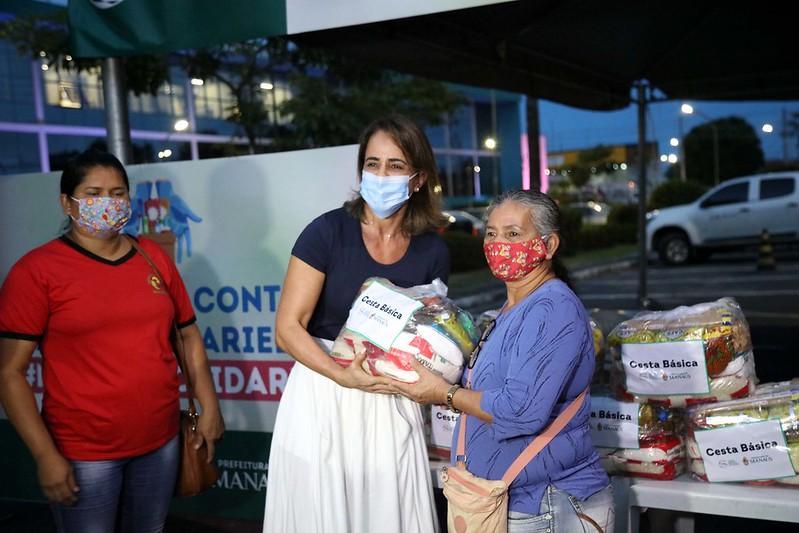 Prefeitura de Manaus doa cem cestas básicas a catadores