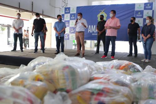 Wilson Lima entrega 20 toneladas de alimentos para trabalhadores dos bois-bumbás e associações de Parintins