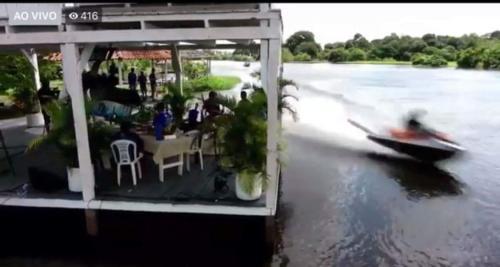 Jetski joga um jato d'água no cenário durante live do Boi Caprichoso, causando revolta na internet