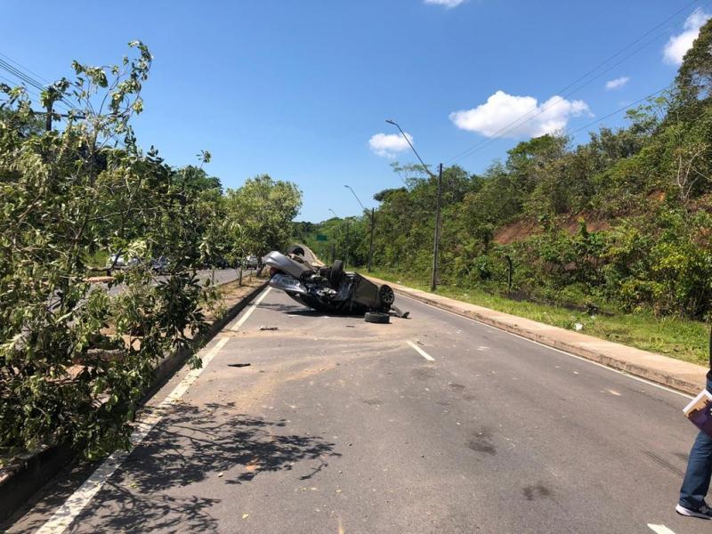 Grave acidente entre três carros deixa mulher ferida no Tarumã, em Manaus