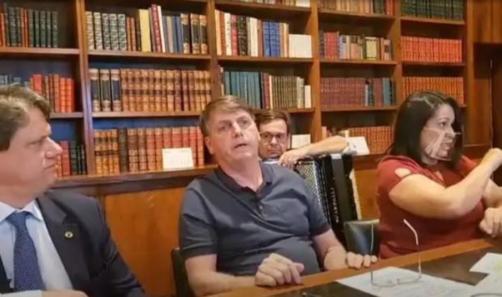 Bolsonaro diz que Brasil usará vacina de Oxford e não 'daquele outro país'