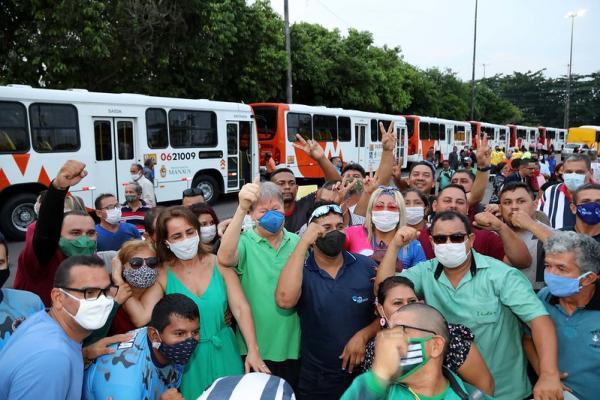 Prefeito Arthur entrega 112 novos ônibus e garante empregos de cobradores