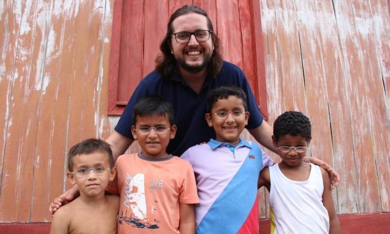 Brasileiro que doa óculos a comunidades carentes é eleito jovem líder pela ONU