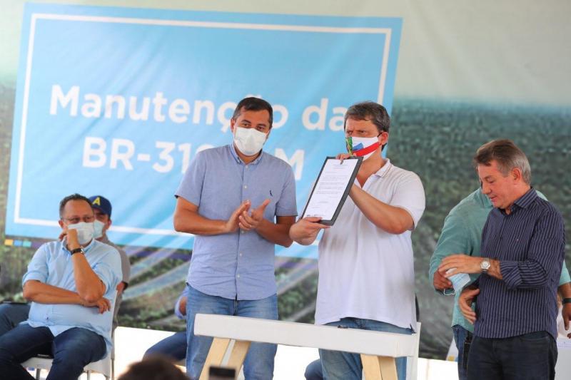Ao lado de Wilson Lima, ministro da Infraestrutura assina ordem de serviço de obras na BR-319