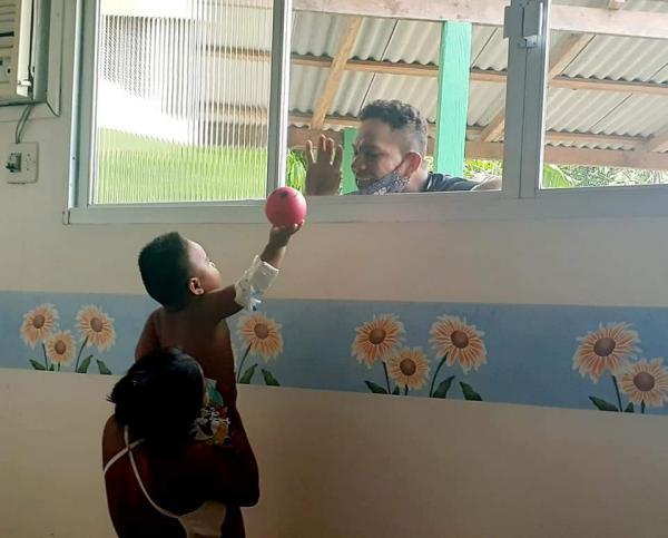 Pai comove equipe de saúde ao brincar com o Filho internado de Covid da Janela do Hospital