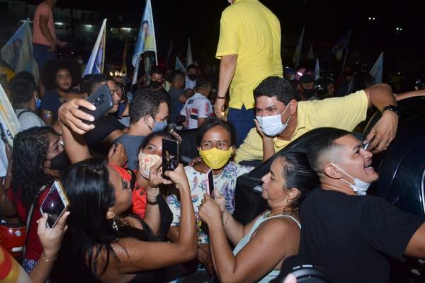 Bi Garcia é festejado pelos milhares de eleitores na carreata final da campanha 2020