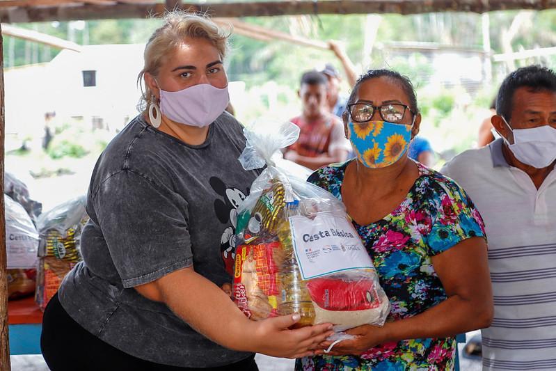 Prefeitura de Manaus entrega cestas básicas a indígenas de comunidade ribeirinha