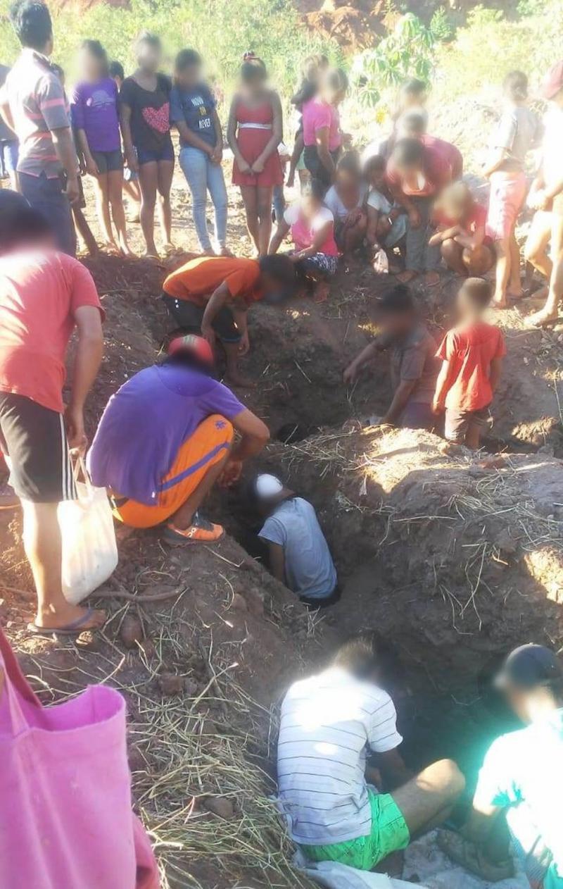 Sem ter o que comer, moradores de Porto Iguaçu cavam para pegar 1,2 mil caixas de frango descartadas por órgão sanitário