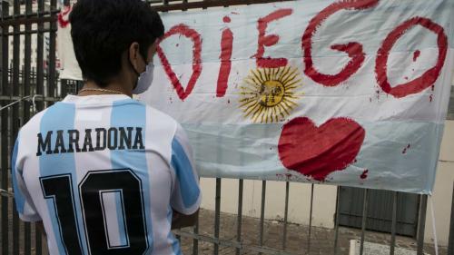 Corpo de Maradona chega à sede do governo argentino