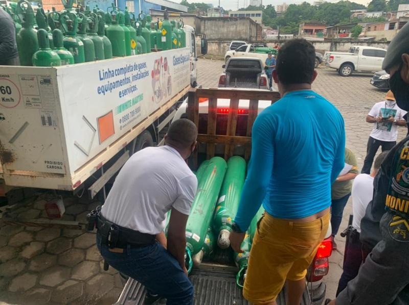 Governo do Amazonas entrega cerca de mil cilindros de oxigênio para o interior