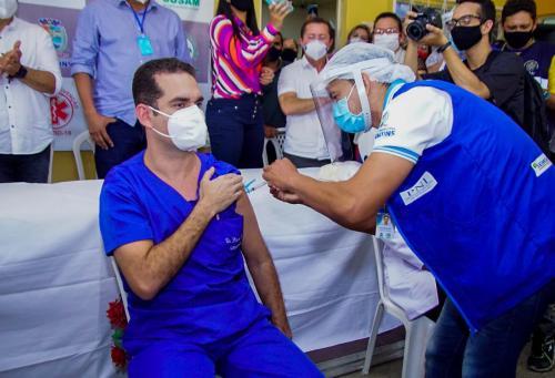 Profissionais de saúde são os primeiros a serem vacinados contra coronavírus em Parintins