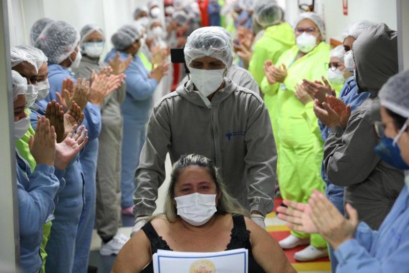 Mais de 4.500 altas médicas no Hospital Delphina Aziz com mega corredor formado por profissionais de saúde