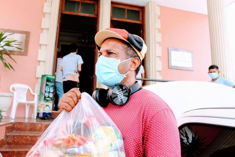Governo realiza a entrega de 200 cestas básicas para classe artística do Amazonas