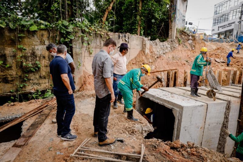 David Almeida e Marcos Rotta fiscalizam obras da João Valério e dobram número de servidores para acelerar a recuperação da via