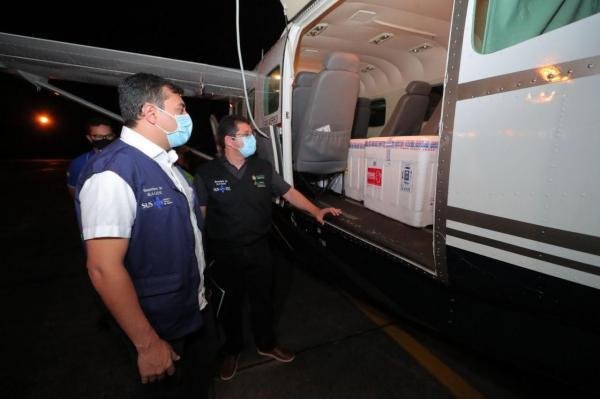 Governador Wilson Lima acompanha chegada de mais 76 mil doses de vacinas contra a Covid-19