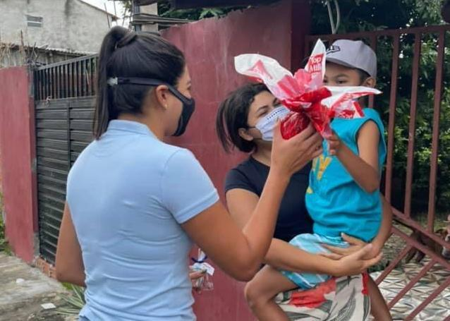Mayra Dias entrega brinquedos sensoriais para crianças com autismo