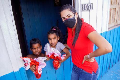 Mayra Dias percorre comunidades e bairros e entrega ovos de Páscoa às crianças carentes