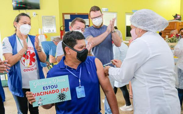 Eu acredito na ciência, diz Bi Garcia ao ser vacinado contra Covid-19