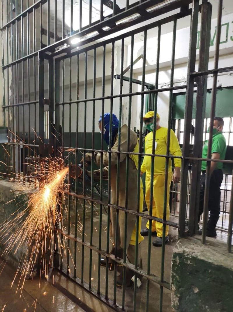 Mais de 150 internos do 'Trabalhando a Liberdade' revitalizam área externa da carceragem do Compaj