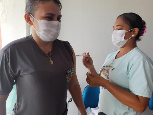 Policiais militares recebem a segunda dose da vacina contra a Covid-19 no município de Parintins