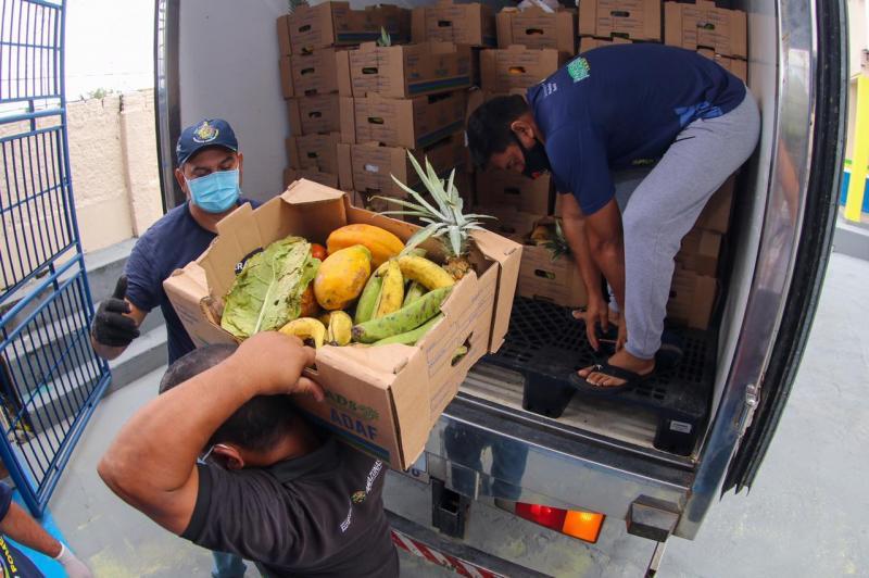 Governador Wilson Lima entrega alimentos para 250 famílias no bairro Raiz