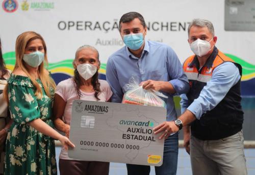 Wilson Lima entrega cartões do Auxílio Estadual Enchente e cestas básicas em Manaus